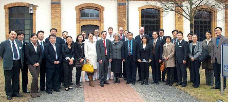 Vor dem Unfallkrankenhaus Berlin: Renate Hess (Bildmitte) und Zhenzhong Zhang (Bildmitte rechts) umrahmt von Mitgliedern der chinesischen Delegation und Vertretern des ukb. Foto: ukb