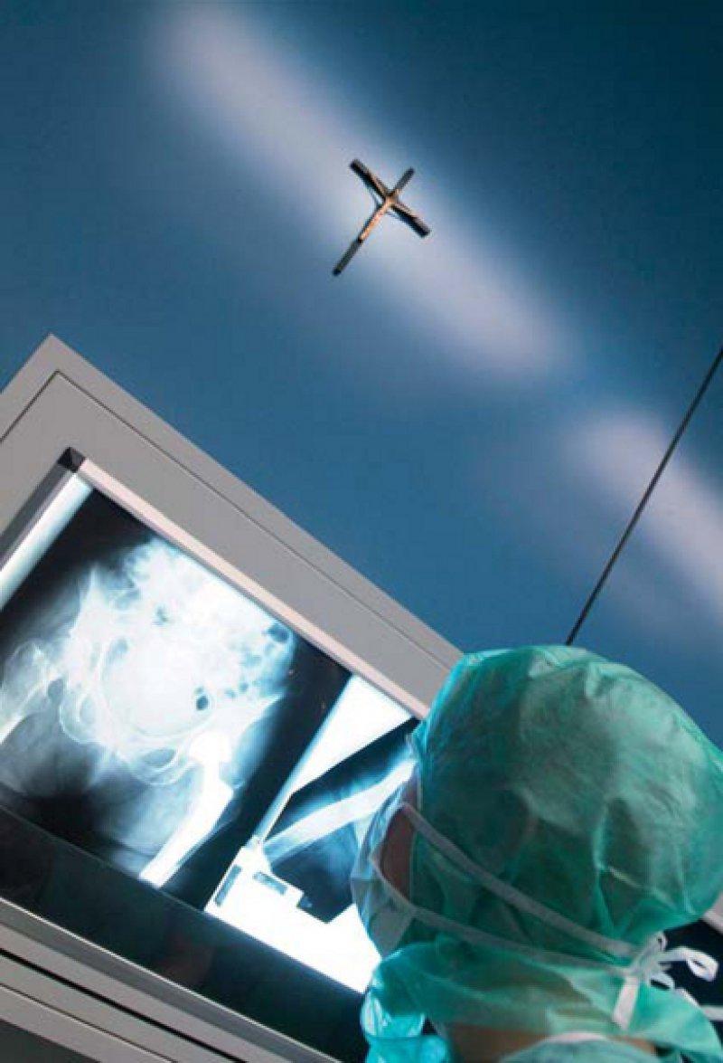 Christliches Profil als Chance. Mit ihrem Wertefundament können sich die kirchlichen Krankenhäuser in Zeiten des Pflegekräfte- und Ärztemangels als attraktive Arbeitgeber positionieren. Foto: vario images