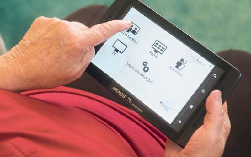 Alternativ zur gewohnten Fernbedienung konnten die Senioren auch ein Webpad benutzen, um Dienste auf dem Serviceportal abzurufen. Foto: Siemens AG