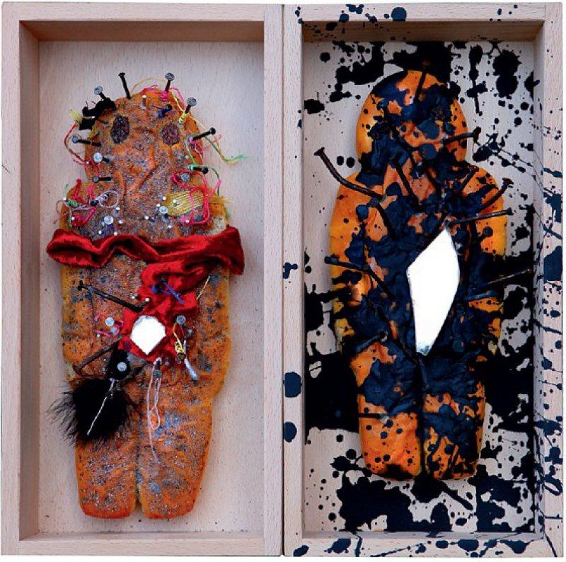 Peter Gilles, Birgit Kahle: ohne Titel (2011/2012), 2 Holzkästen, Weckmänner, Nägel, Spiegelscherben, Farbe et cetera, jeweils 30 × 15 × 6 cm, rückseitig signiert und datiert. Foto: Eberhard Hahne