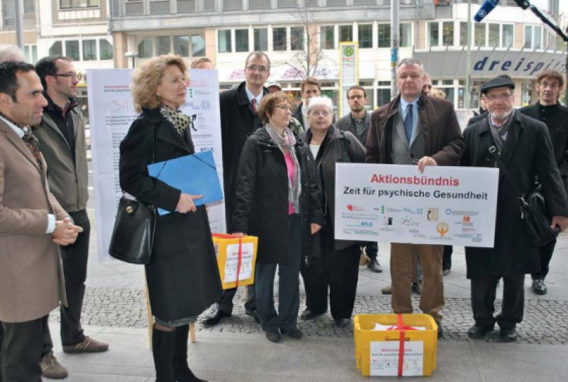 """Flächendeckende Ablehnung – Das Aktionsbündnis """"Zeit für psychische Gesundheit"""" überreichte mehr als 32 000 Unterschriften gegen den PEPP-Katalog. Foto: DGPPN"""