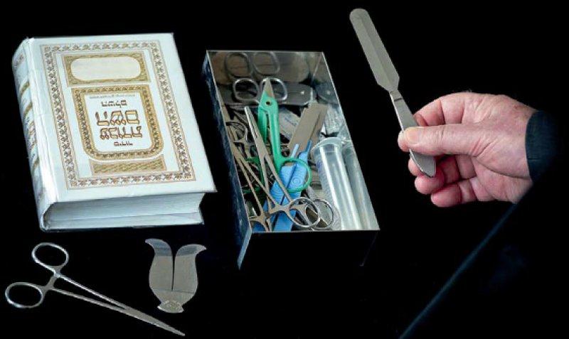 Das Beschneidungsmesser wird vom Mohel (jüdisch Beschneider) zum Abtrennen der Vorhaut verwendet. Neben den chirurgischen Instrumenten liegt ein hebräisches Gebetbuch. Foto: dpa