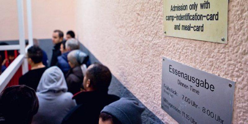 Schlangestehen in der Kantine der Zentralen Aufnahmeeinrichtung für Asylbewerber in Zirndorf, BayernFoto: dpa