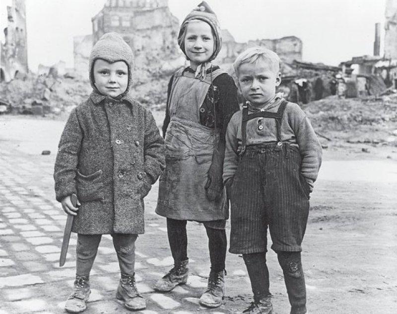 Kinder in den Ruinen von Nürnberg, um 1946, Foto: ullstein bild