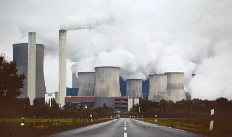 Das Braunkohlekraftwerk Niederaußem in Nordrhein-Westfalen zählt für Greenpeace zu den schädlichsten. Foto: dapd