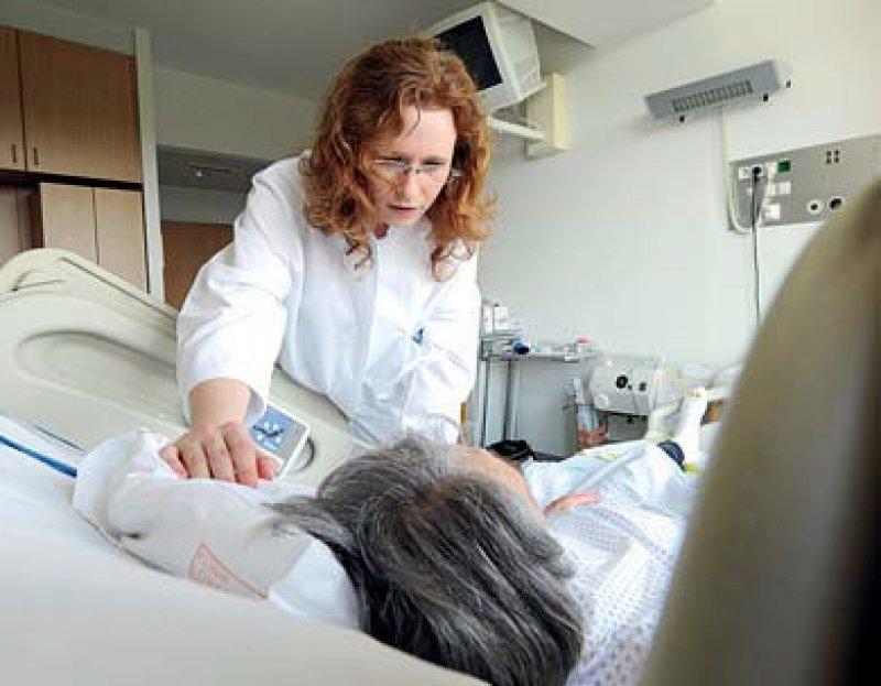 Ausländische Ärzte sind in vielen deutschen Kliniken tätig. Hier eine Kollegin aus Rumänien. Foto: dpa