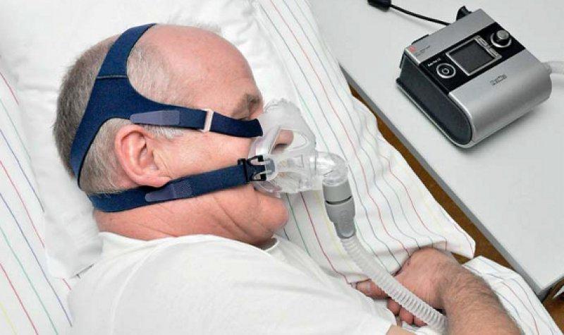 Erholsamer Schlaf mit Maske: Nach einer Gewöhnungsphase empfinden Herzpatienten meist eine Besserung ihrer Beschwerden. Foto: Armin Kühn/HDZ NRW