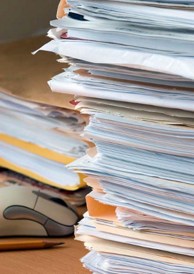 Etwa 14 Prozent ihrer gesamten Arbeitszeit verbringen Niedergelassene dem Ärztemonitor 2012 zufolge mit Verwaltungsarbeit. Foto: Fotolia/Thomas Perkins