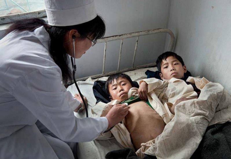 Zu zweit in einem Bett: Im Kinderkrankenhaus von Haeju mangelt es zwar nicht an motivierten Ärzten, aber an Ausstattung und medizinischem Gerät. Foto: Cap Anamur Archiv