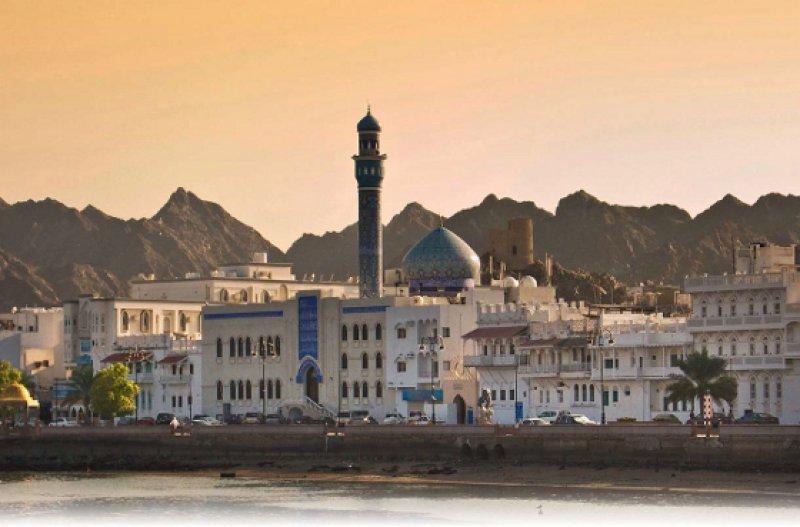Masqat – Die Hauptstadt des Sultanats Oman kommt ohne himmelstrebende Wolkenkratzer aus. Foto: picture alliance/CHROMORANGE