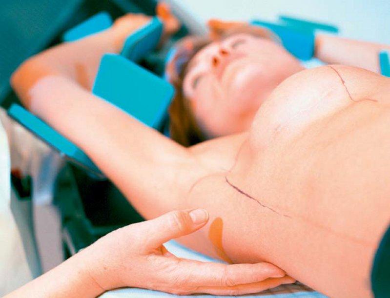 Eine Mammakarzinompatientin wird für die Strahlentherapie in die richtige Position gebracht. Foto: laif