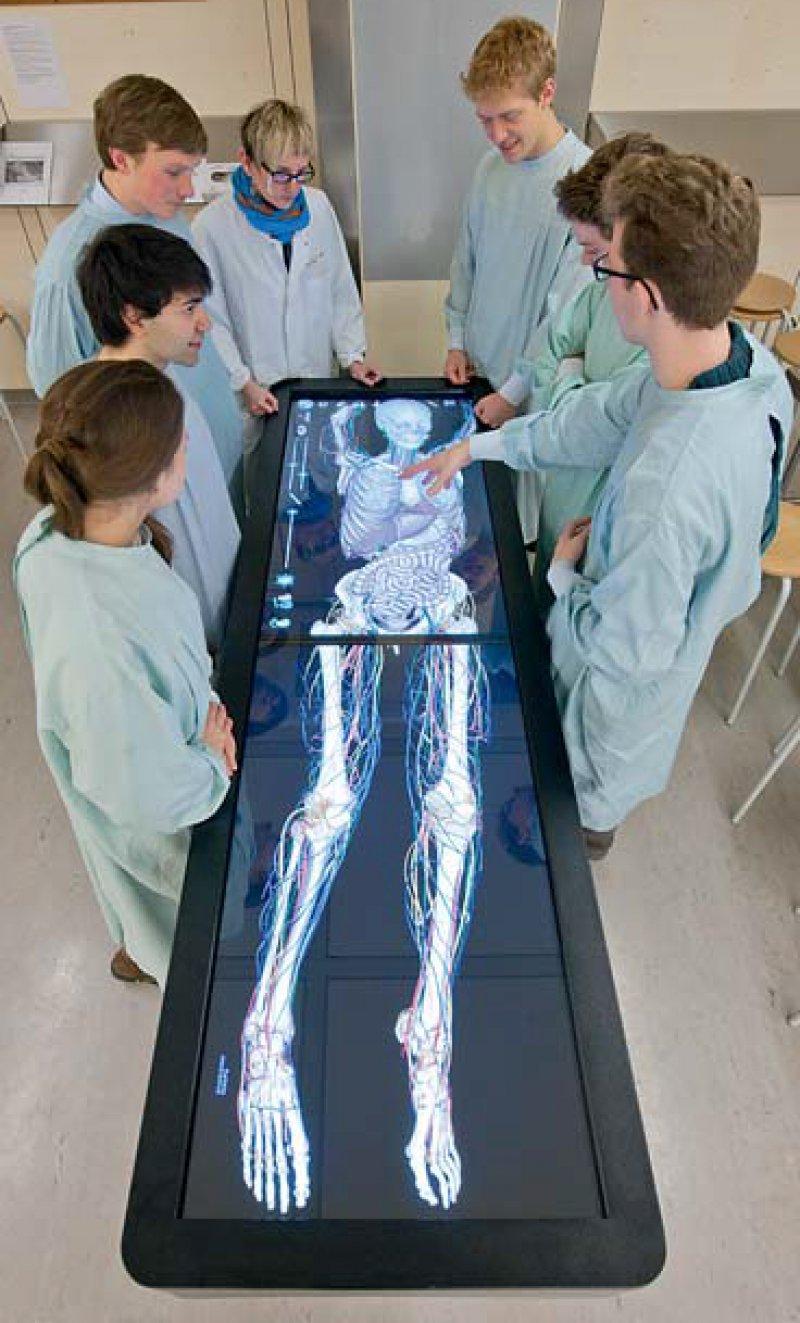 """Am virtuellen Seziertisch erhalten Heidelberger Medizinstudierende parallel zum """"realen"""" Präparieren der Leichen einen hervorragenden Überblick über die Lage von Skelett, Organen, Blutgefäßen oder Nervenfasern. Foto: Universitätsklinikum Heidelberg"""