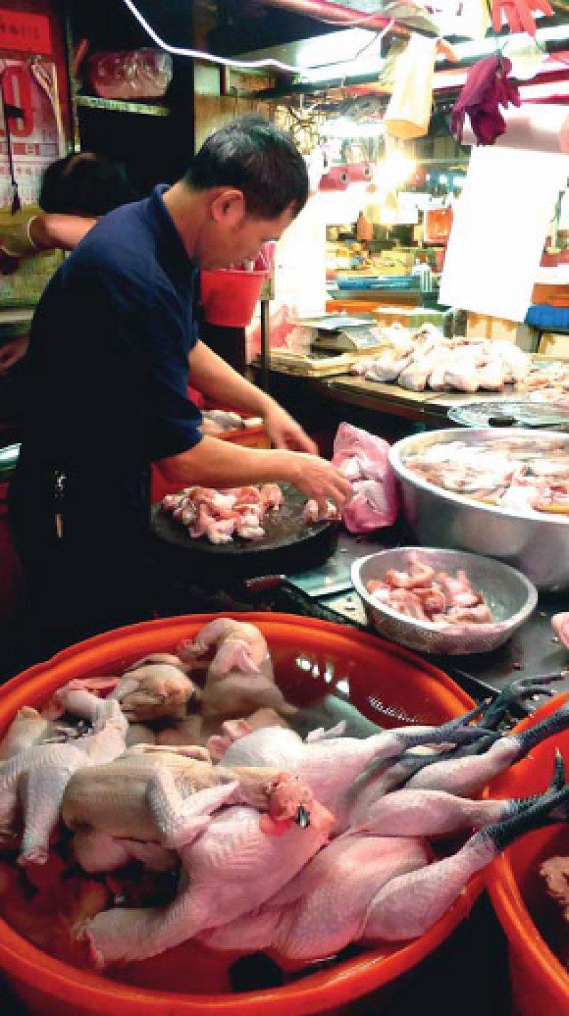 Asiatische Geflügelmärkte werden als mögliche Infektionsquelle für die aviäre Influenza A(H7N9) in Betracht gezogen. Foto: dpa