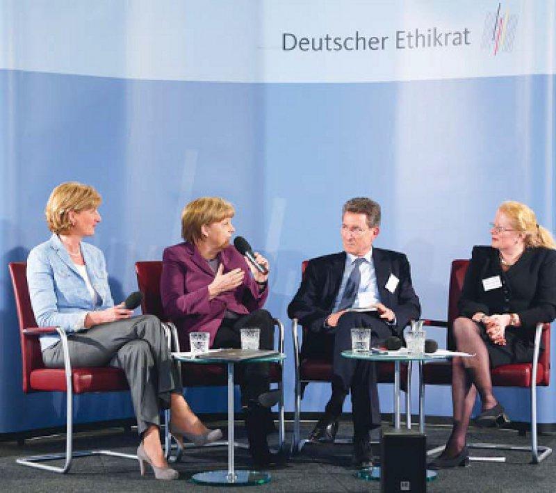 Bundeskanzlerin Angela Merkel diskutierte angeregt mit Mitgliedern des Deutschen Ethikrates: Christiane Woopen, Wolfgang Huber und Elisabeth Steinhagen- Thiessen (v. l.) Foto: Deutscher Ethikrat/Reiner Zensen