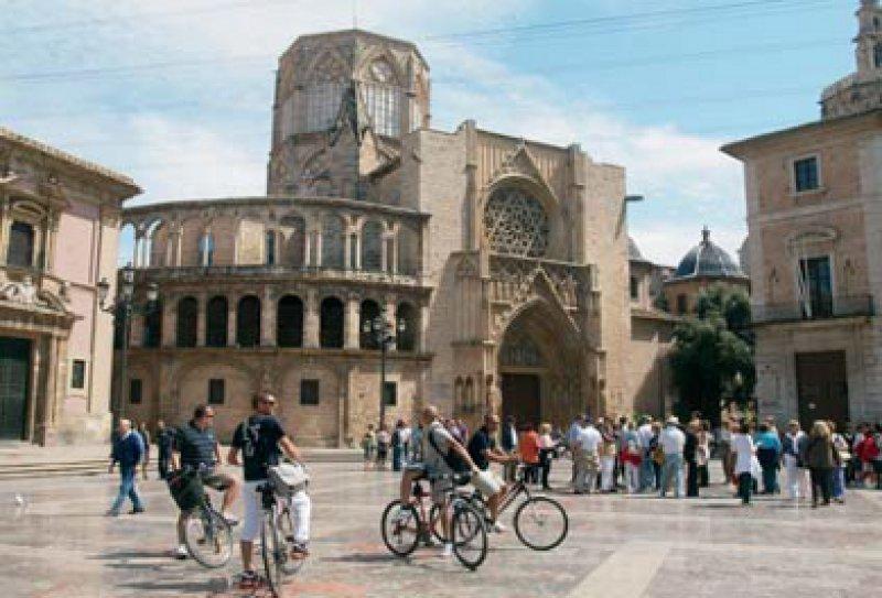 Visionen und Traditionen: Im Viertel um den Kunstpalast (oben) hat die Zukunft schon 1998 begonnen, während der Jungfrauen-Platz die alte Seele Valencias bewahrt.