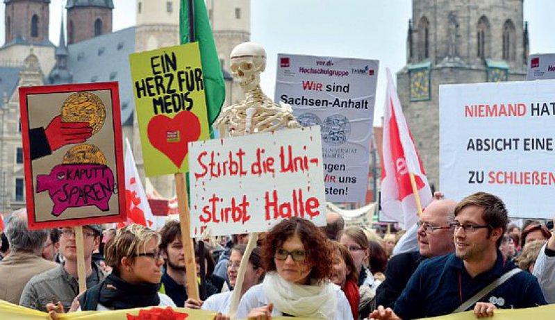 Mehrere Tausend Demonstranten kamen zur Kundgebung am 30. April auf den Marktplatz in Halle. Foto: dpa