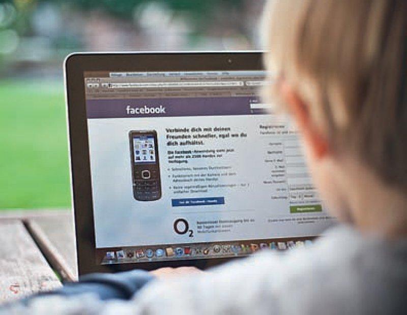 Mehr als zwei Stunden täglich verbringen Jugendliche heute im Durchschnitt im Netz. Foto: dpa