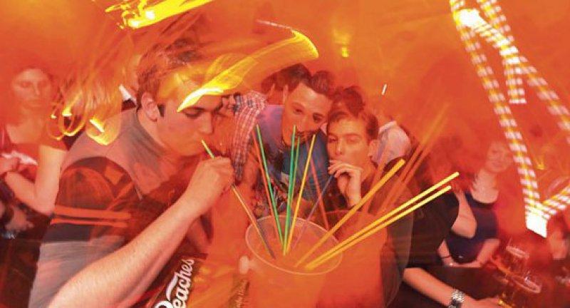 Saufen bis zum Umfallen: Allein im Jahr 2011 mussten mehr als 26 000 Kinder und Jugendliche wegen einer Alkoholvergiftung akut stationär behandelt werden. Foto: picture alliance