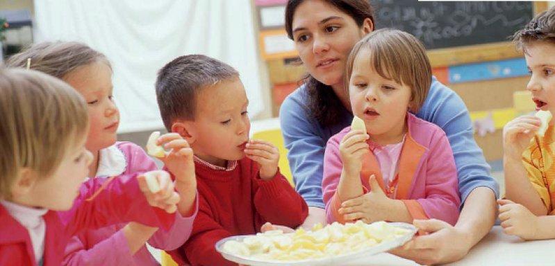 Primärprävention im Lebensumfeld: Zum Beispiel für Ernährungsberatung in Kindertagesstätten soll künftig mehr Geld bereitstehen. Foto: picture alliance