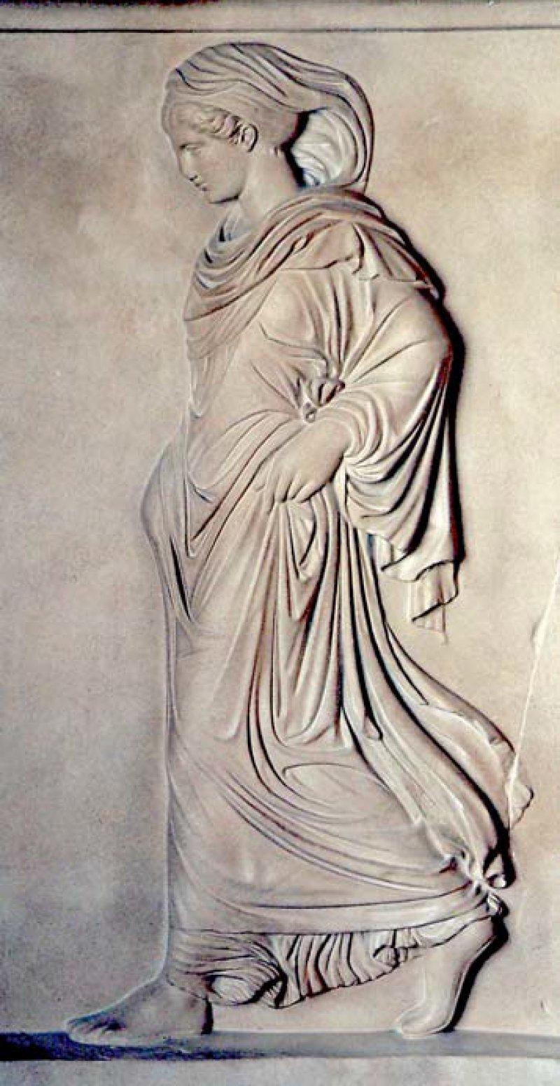 Ein reizvolles Beispiel weiblicher Gangart auf dem Aglauriden-Relief (um 400 vor Christus). Foto: Wikimedia Commons