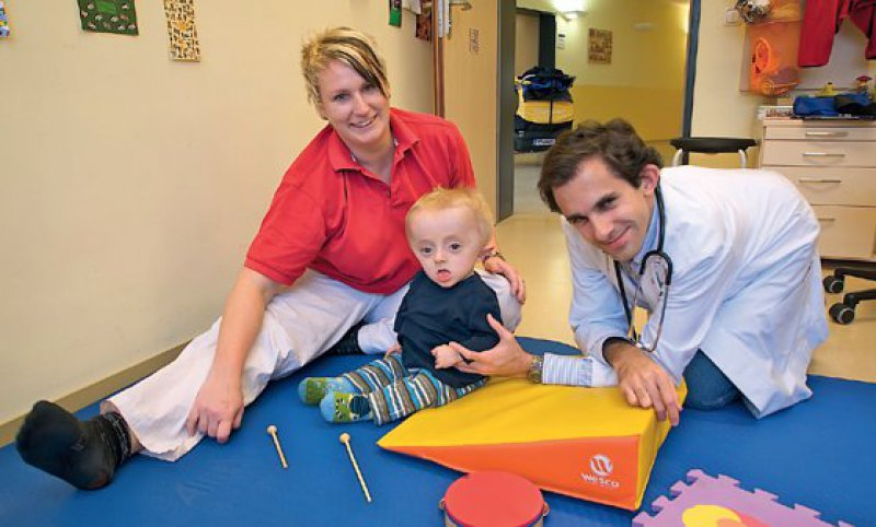 Er kennt den Krankenhausbetrieb von klein auf: Pädiater Oliver Semler, hier mit seinem kleinen Patienten Benjamin.