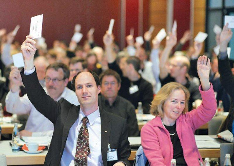 Alle Arbeitszeiten erfassen: Die Delegierten fordern ein transparentes und manipulationsfreies Arbeitszeiterfassungssystem in allen Kliniken. Fotos: Jürgen Gebhardt