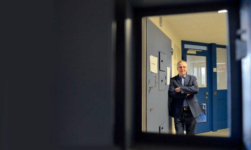 """""""Man bekommt sehr viel zurück."""" Heyo Eckel arbeitet gerne im Gefängnis. Fotos: picture alliance/Frank May für Deutsches Ärzteblatt"""