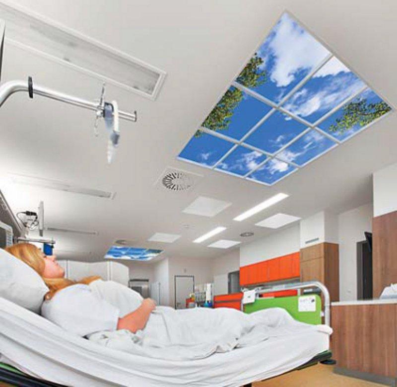 """Ablenkung von der Krankenhausatmosphäre durch einen """"virtuellen Himmel"""" an der Decke. Foto: Sky Factory"""