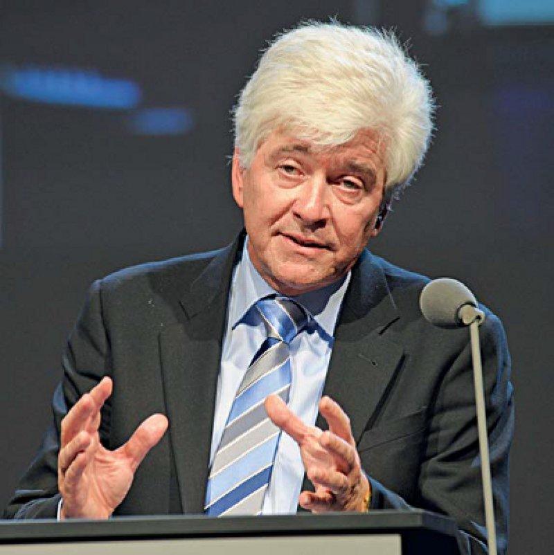 """""""Auf dem Bewährten aufbauen"""" – BÄK-Vizepräsident Max Kaplan stellte den Delegierten die überarbeitete (Muster-)Fortbildungsordnung vor."""