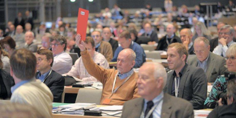 Rote Karte aus Berlin. Der Haushaltsplan für das nächste Geschäftsjahr wurde gegen den Willen der Berliner Delegierten beschlossen.