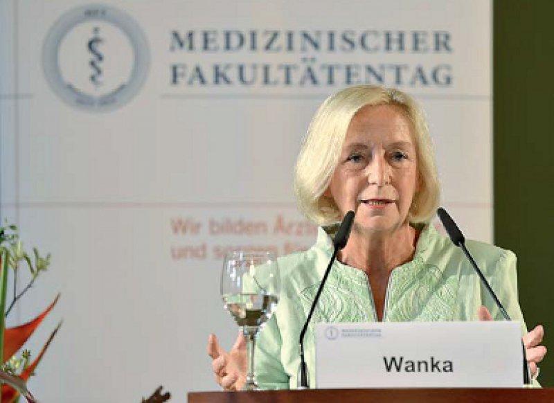 """""""Der MFT muss sich gezielt in gesundheits- und wissenschaftspolitische Diskussionen einbringen."""" Johanna Wanka, Bundesforschungsministerin, Fotos: Regina Sablotny"""