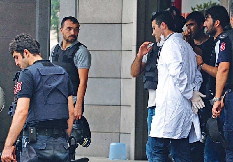 Ein Arzt, der Verletzte bei den Demonstrationen am 16. Juni in Istanbul versorgt hatte, wird von Polizisten festgenommen. Foto: dpa