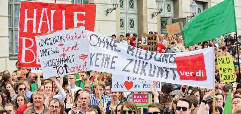 Druck auf die Landesregierung: Tausende Studierende, Mitarbeiter und Bürger in Halle demonstrierten gegen den Sparkurs. Foto: dpa