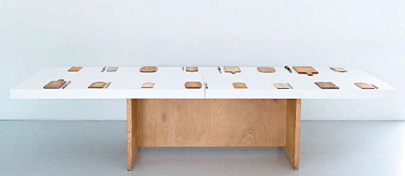 """Dorothea Bode präsentierte unter dem Titel """"Bleibende Werte"""" eine Sammlung von abgenutzten Frühstücksbrettchen. Foto: Caritas/Frank Baquet"""