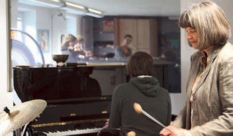 Rosemarie Tüpker mit Studierenden in einem Kurs über Musikimprovisation. Foto: M. Keß