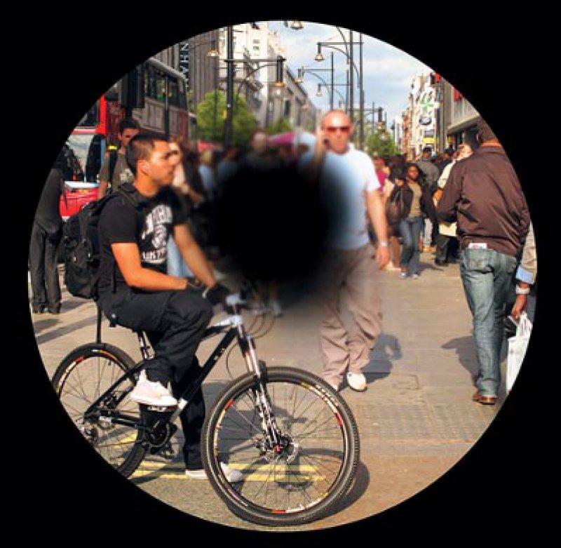 Blinder Fleck: Um ein Fortschreiten der Makuladegeneration zu verhindern oder die Sehfähigkeit zu verbessern, werden die VEGFInhibitoren Lucentis und Avastin ins Auge injiziert. Foto: Cordelia Molloy/SPL/Agentur Focus