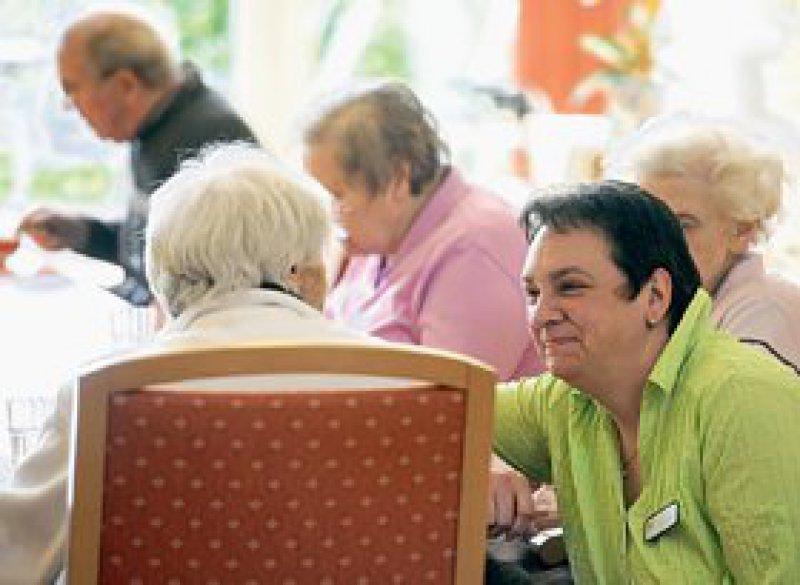 Renate Freerks, Betreuerin im Demenzzentrum Molbergen (vorn rechts), unterhält sich mit Bewohnerinnen auf Plattdeutsch über Erinnerungen aus längst vergangenen Tagen.