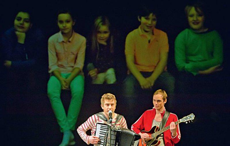 """""""Kompanie Kopfstand"""", eine deutschschweizerische Künstlergruppe während der Uraufführung des Stückes """"Trau dich!"""" auf der Bühne des Renaissance-Theaters Berlin. Foto: dpa"""