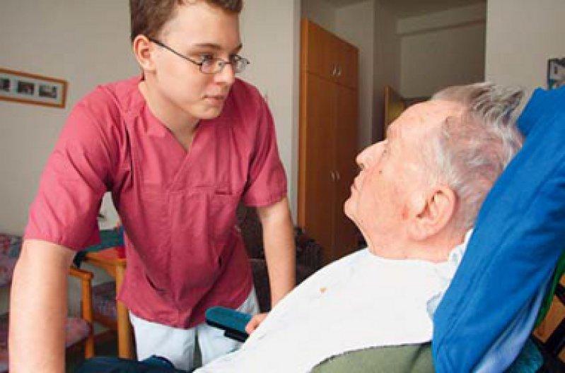 Gerade für junge Menschen muss die Pflege als Berufsfeld attraktiver werden. Foto: Caro
