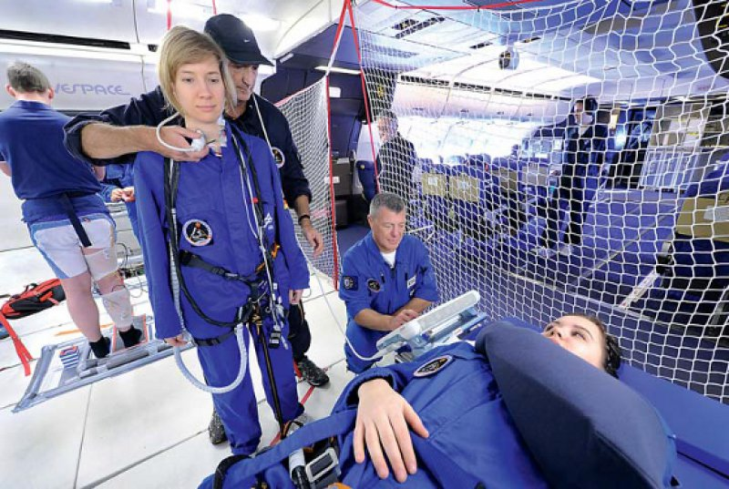 Schwerelose Ärzte: Paula Beck und Ulrich Limper von der Universität Witten/Herdecke beim Parabelflug. Fotos: DLR