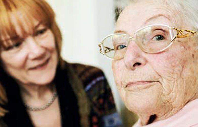 Die Mehrzahl der an Demenz erkrankten Menschen wird durch Angehörige versorgt. Foto: Fotolia/bilderstoeckchen
