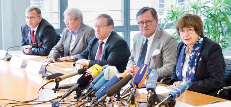 Vorstellung des ersten umfassenden Prüfberichts durch Hans Lippert (3. von links), Frank Ulrich Montgomery (2. von rechts) und Anne-Gret Rinder (ganz rechts). Foto: Georg J. Lopata