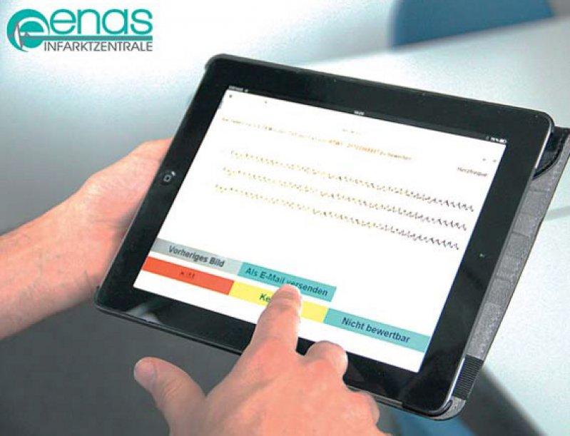 Das EKG wird per Knopfdruck an die informationslogistische Infarktzentrale gesendet. Foto: ENAS-Infarktzentrale