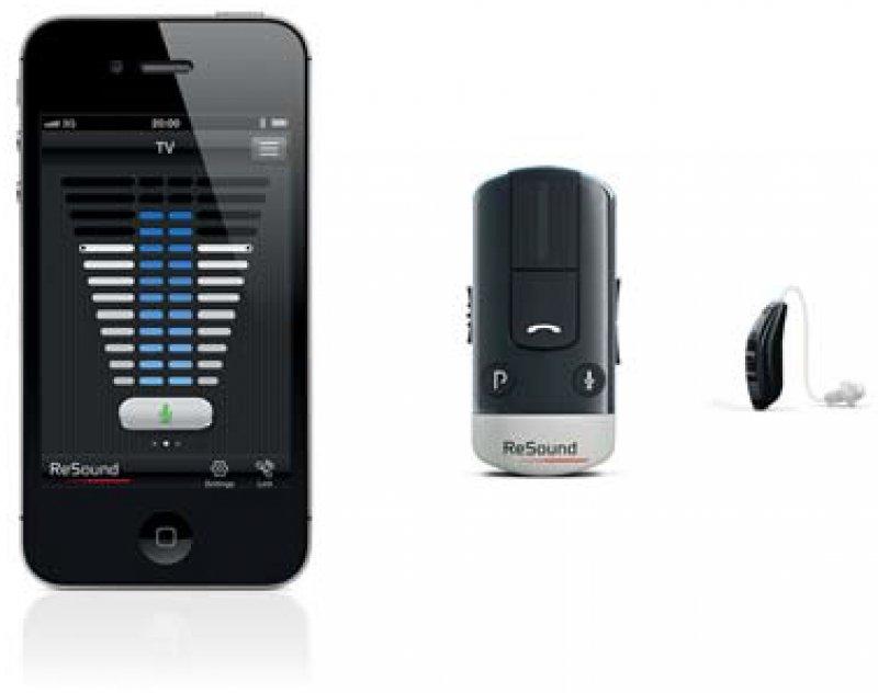 Wireless-Hörsystem: Das Hörsystem ReSound VersoT (rechts), der Phone-Clip+ (Mitte) und die Oberfläche der Steuer-App (links). Foto: ReSound