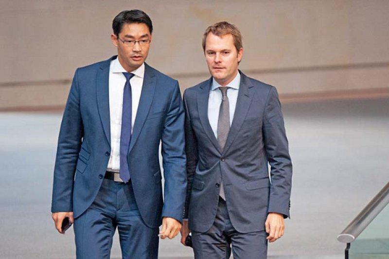 Zwei Minister, eine Meinung: Am 12. Mai 2011 löste Daniel Bahr Philipp Rösler als Bundesgesundheitsminister ab. Politik und Amtsführung blieben unverändert. Foto: dpa