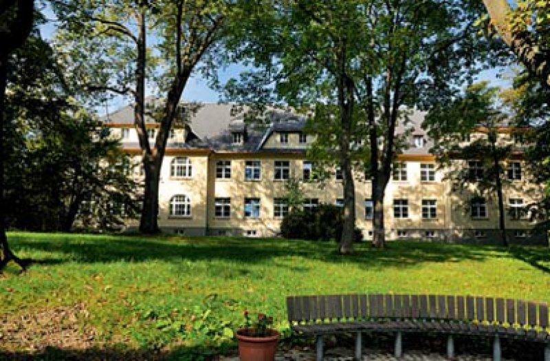 """Die psychiatrische Klinik in Rodewisch, nahe dem heutigen Chemnitz, diente 1963 als Veranstaltungsort für das """"1. Internationale Symposium über psychiatrische Rehabilitation"""". Foto: Wikipedia"""