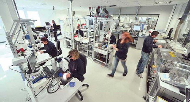 Ein Blick in die Produktion: In diesem Raum werden sowohl das Entgraten als auch die Wärmebehandlung und verschiedene Kontrollen vorgenommen. Foto: Admedes