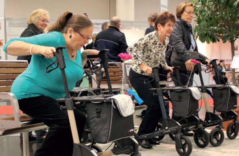 """Parcours beim """"Rollatortag"""": Oft sind schon sicheres Hinsetzen und Aufstehen und weitere Grundfunktionen mit Gehhilfe eine Herausforderung für die Senioren. Foto: Topro GmbH"""