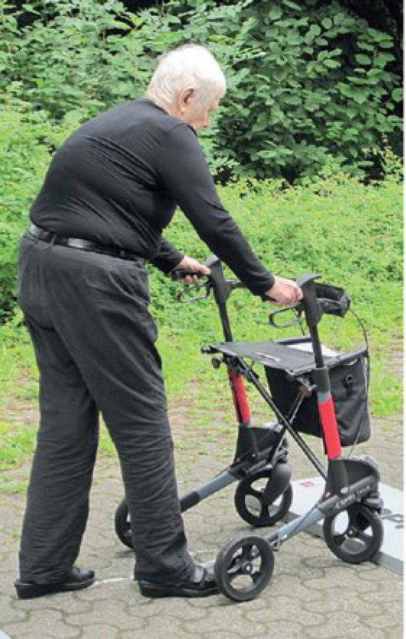 """Parcours beim """"Rollatortag"""": Oft sind schon Grundfunktionen wie das Überwinden von Kanten mit dem Rollator eine Herausforderung. Foto: Deutsche Seniorenliga e. V."""