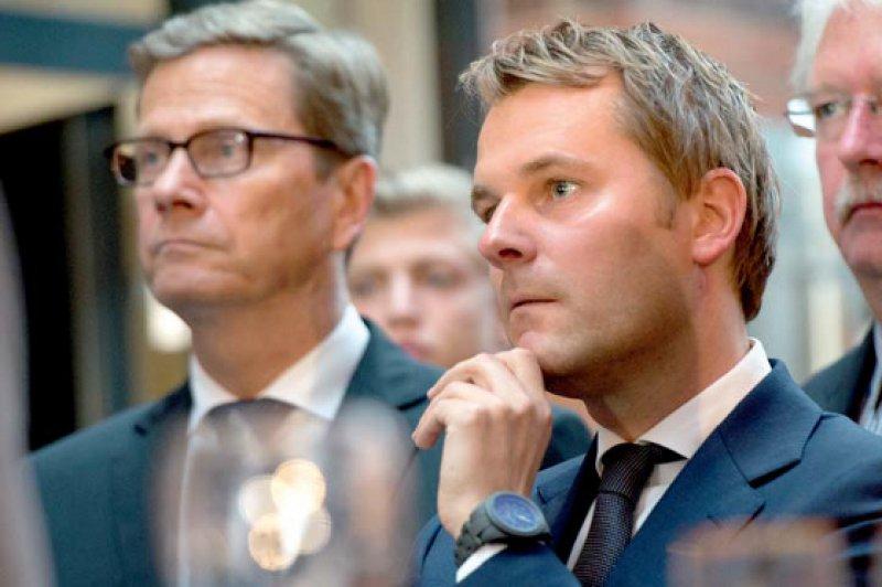 Bestürzung angesichts des Wahlergebnisses: Außenminister Guido Westerwelle und Daniel Bahr (rechts) waren schon vom Ergebnis bei der bayerischen Landtagswahl geschockt. Fotos: dpa